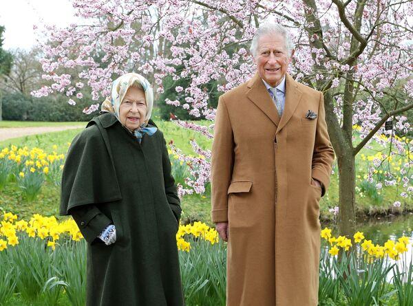 Britská královna Alžběta II. a britský princ Charles ve Windsoru v Anglii - Sputnik Česká republika