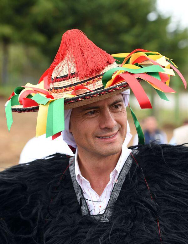 Enrique Pena Nieto v kroji etnické skupiny Tzotzil během oslav Chiapas v Mexiku - Sputnik Česká republika