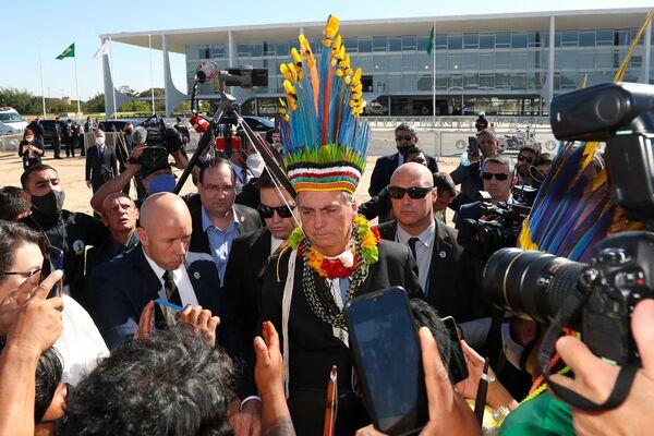 Brazilský prezident Jair Bolsonaro v domorodé čelence - Sputnik Česká republika