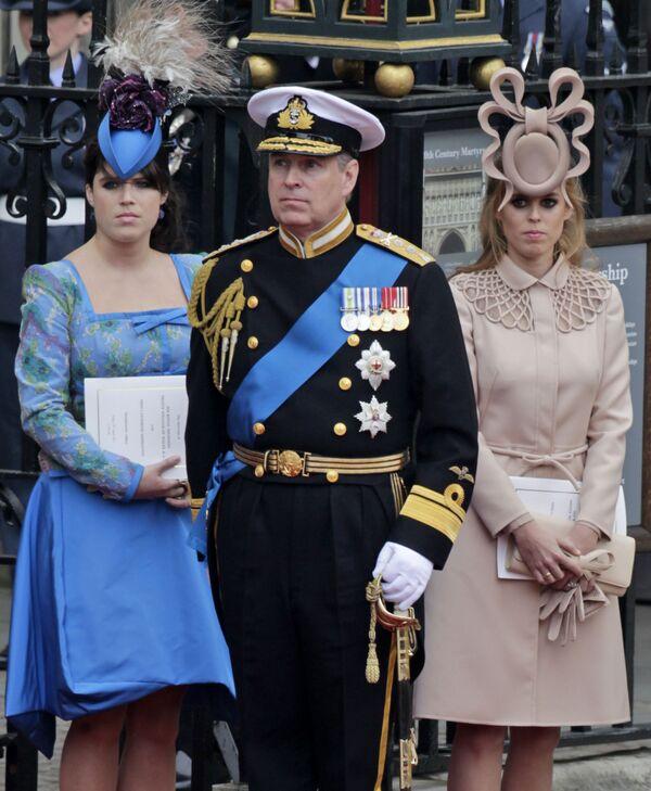 Britský Princ Andrew uprostřed a jeho dcery britská princezna Eugenie a britská princezna Beatrice v Londýně  - Sputnik Česká republika