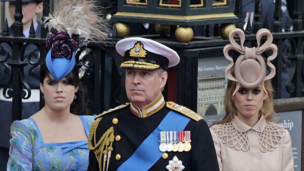 Британский принц Эндрю и его дочери, принцесса Евгения (слева) и Беатрис в Лондоне - Sputnik Česká republika