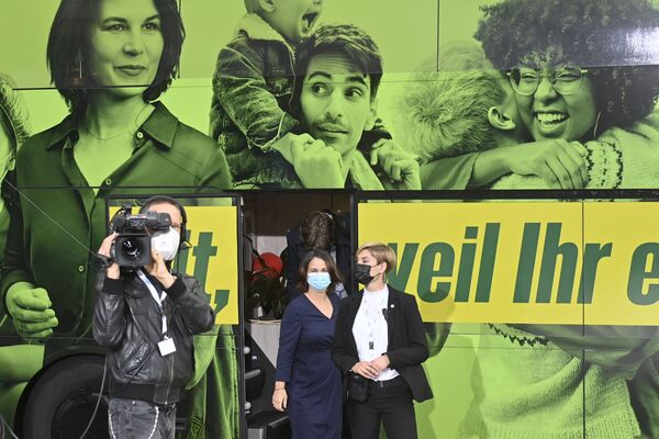 Kandidátka na kancléřku od Zelených Annalena Baerbocková opouští svůj turistický autobus, aby se zúčastnila televizní debaty v Berlíně - Sputnik Česká republika