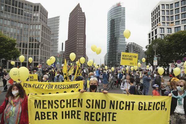 Участники присутствуют на демонстрации в Берлине - Sputnik Česká republika