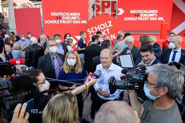 Вице-канцлер и главный кандидат от СДПГ Олаф Шольц дает интервью после предвыборной кампании в Геттингене, Германия - Sputnik Česká republika