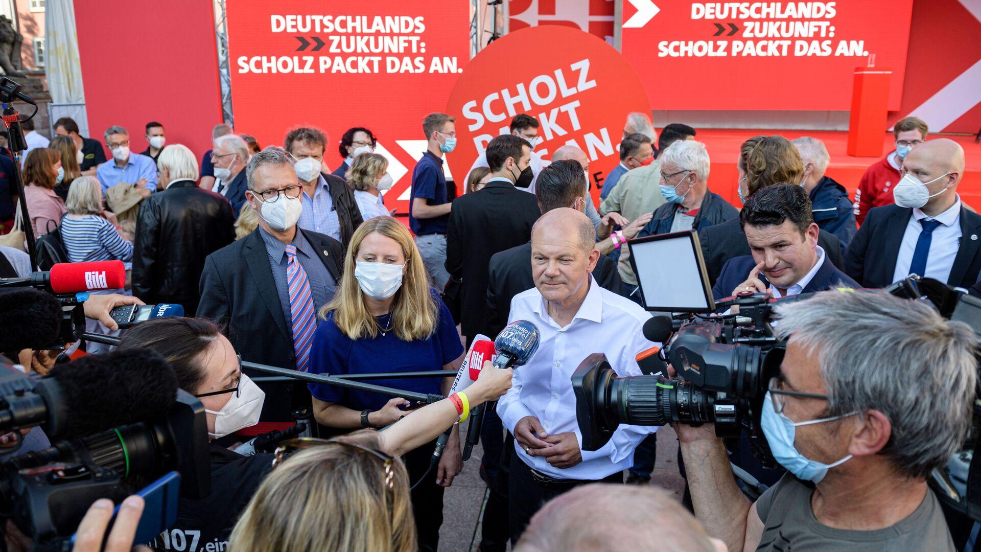 Vicekancléř a hlavní kandidát SPD Olaf Scholz poskytuje rozhovor po předvolební kampani v německém Göttingenu - Sputnik Česká republika, 1920, 27.09.2021