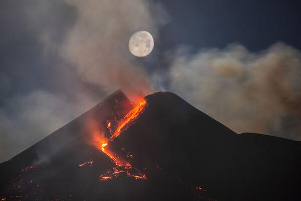 Snímek Foto Moon Over Mount Etna South-East Crater italského fotografa Daria Giannobile, který obsadil druhé  místo v kategorii Skyscapes soutěže Royal Observatory's Astronomy Photographer of the Year 13 - Sputnik Česká republika