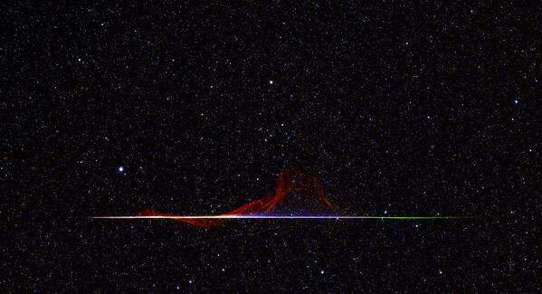 Fotografie A Colourful Quadrantid Meteor amerického fotografa Franka Kuszaje, který zvítězil v kategorii Planets, Comets and Asteroids soutěže Royal Observatory's Astronomy Photographer of the Year 13. - Sputnik Česká republika