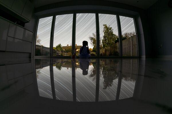 Fotografie Lockdown  brtiského fotografa Deepal Ratnayaka. Vítěž v kategorii People and Space soutěže Royal Observatory's Astronomy Photographer of the Year 13 - Sputnik Česká republika