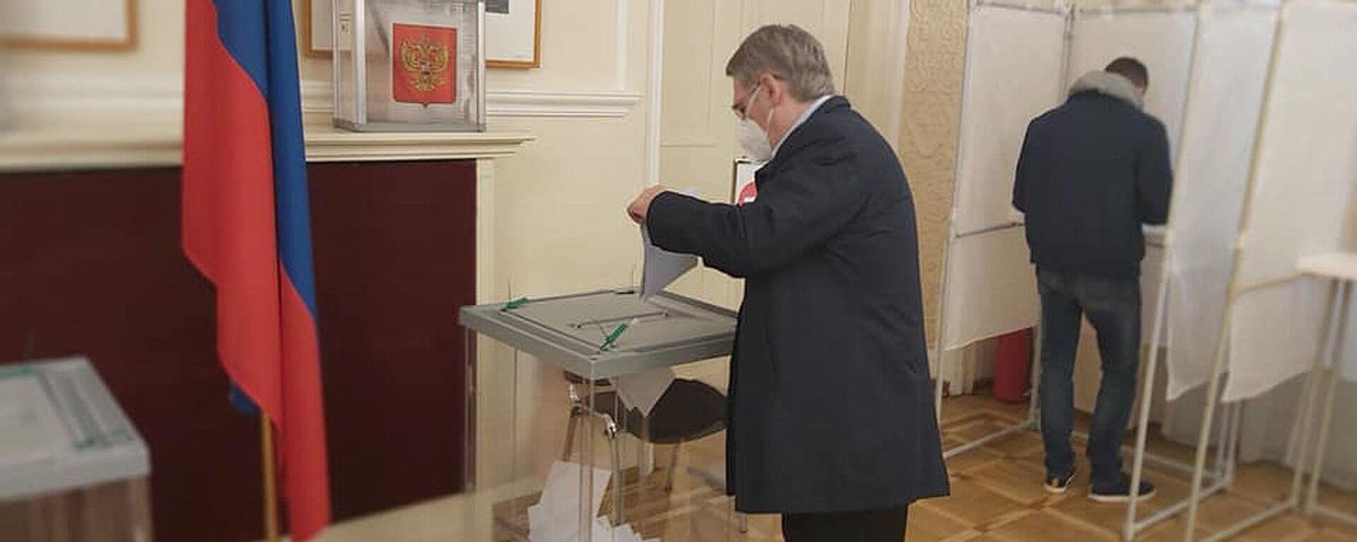 Ruský velvyslanec v Česku Zmejevskij hlasuje ve volební místnosti v Praze - Sputnik Česká republika, 1920, 19.09.2021
