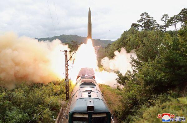 Severokorejská armáda odpaluje balistickou raketu z vlaku (15. září). - Sputnik Česká republika
