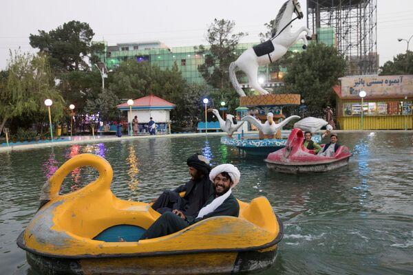 Afghánští muži v zábavním parku v Herátu. - Sputnik Česká republika