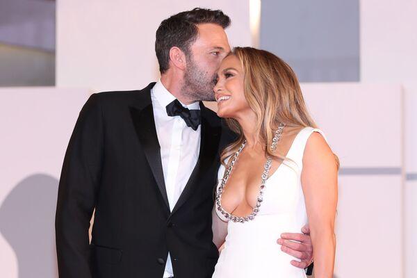 Herec Ben Affleck a zpěvačka Jennifer Lopez na premiéře filmu Poslední souboj na 78. filmovém festivalu v Benátkách. - Sputnik Česká republika