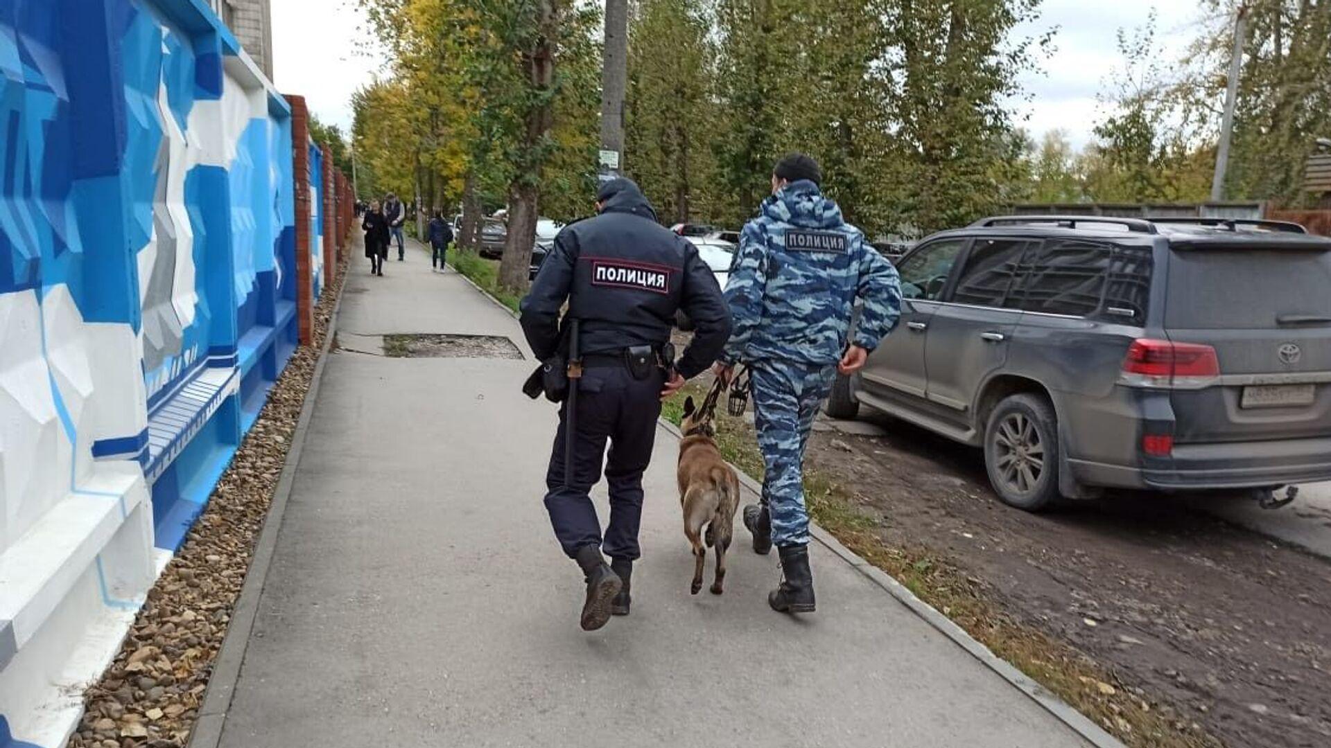 Policisté se služebním psem na ulici ve městě Perm, kde neznámá osoba zahájila palbu na Permské státní univerzitě - Sputnik Česká republika, 1920, 20.09.2021