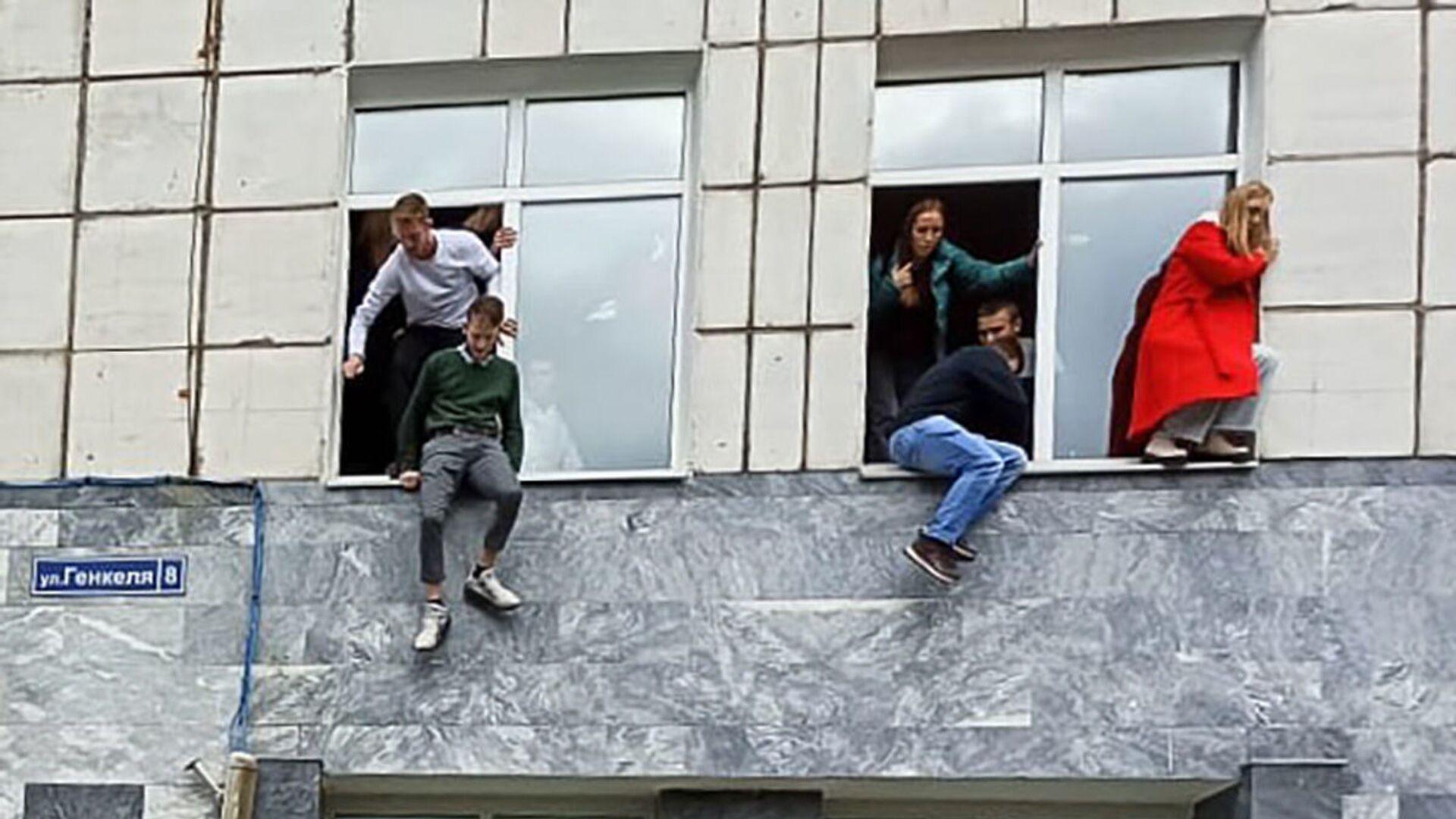 Studenti skáčou z oken univerzity, aby se zachránili před střelcem - Sputnik Česká republika, 1920, 20.09.2021