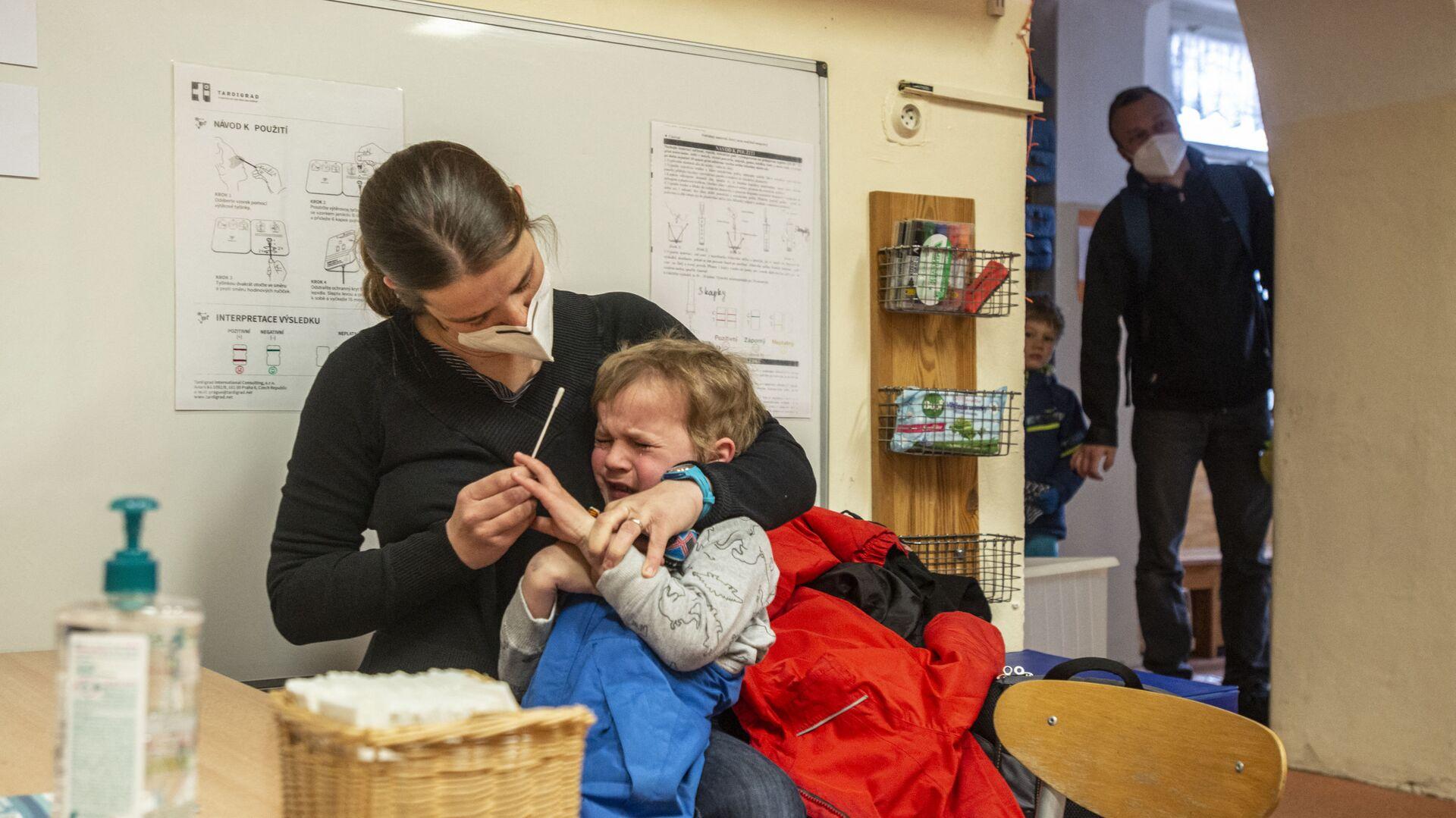 Maminka testuje své dítě na covid ve školce v Praze v České republice - Sputnik Česká republika, 1920, 21.09.2021