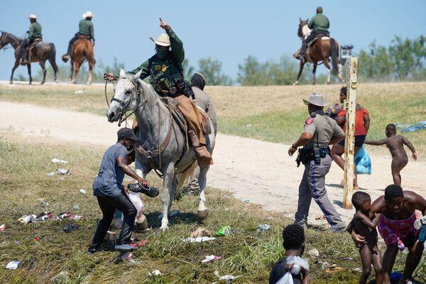 Záběry agentů na koních, kteří zasahují proti nelegálním migrantům vzbudil vlnu odporu - Sputnik Česká republika