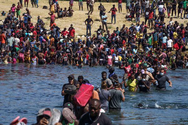 Migranti z Haiti jsou mezi 10 tisíci lidí, kteří se utábořili na americkém břehu řeky Rio Grande. - Sputnik Česká republika