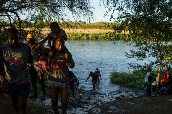 Migranti z Haiti nadále pronikají do USA. - Sputnik Česká republika