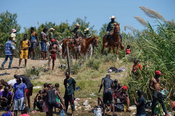 Koňský oddíl americké pohraniční stráže se snaží zabránit migrantům z Haiti proniknout do vnitrozemí USA. - Sputnik Česká republika