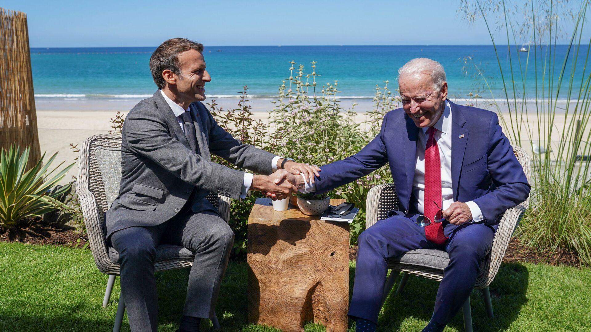 Francouzský prezident Emmanuel Macron a americký prezident Joe Biden na summitu G7 v Británii - Sputnik Česká republika, 1920, 23.09.2021