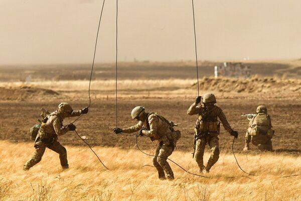 Vojáci seskočili padákem na protiteroristických cvičeních - Sputnik Česká republika