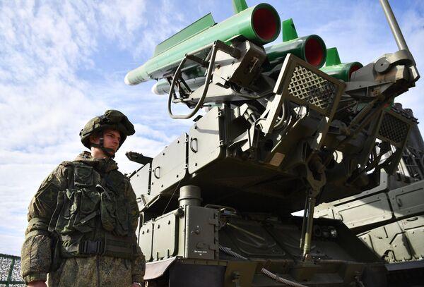 Protiletadlový raketový systém Buk-M2 na výstavě zbraní v rámci protiteroristických cvičení členských zemí Šanghajské organizace pro spolupráci - Sputnik Česká republika