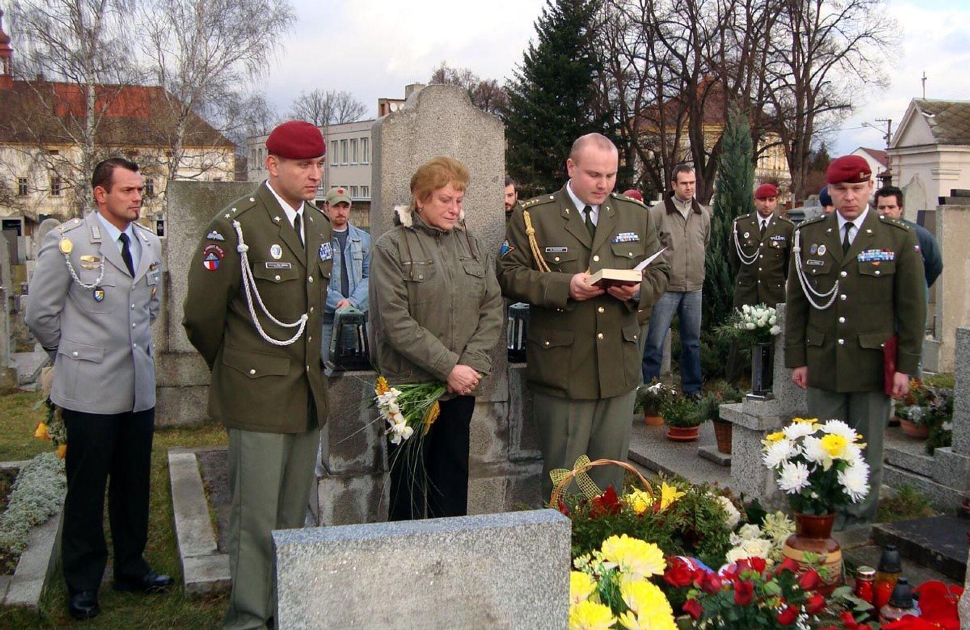 Maminka a přátelé Nikolaje Martynova u jeho hrobu na hřbitově ve Stenovicích u Plzně, 2008  - Sputnik Česká republika, 1920, 24.09.2021