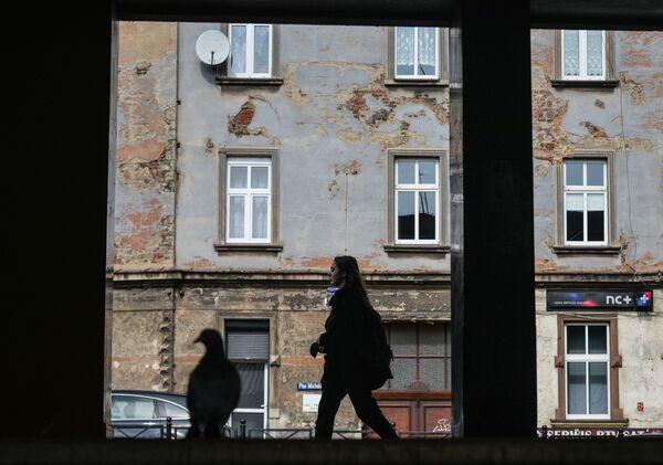 Dívka prochází jednou z ulic města Bytom v Polsku - Sputnik Česká republika
