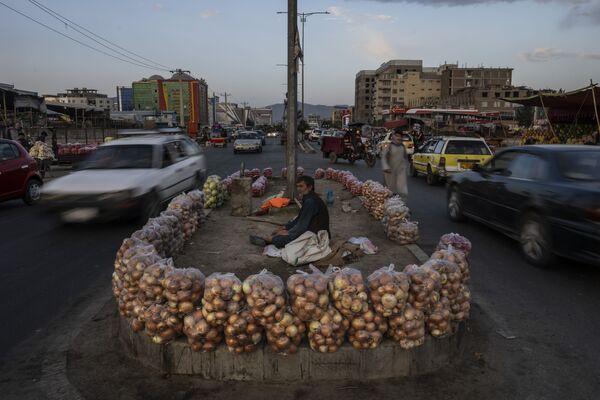 Afghánec prodává ovoce na ulici v Kábulu, Afghánistán - Sputnik Česká republika
