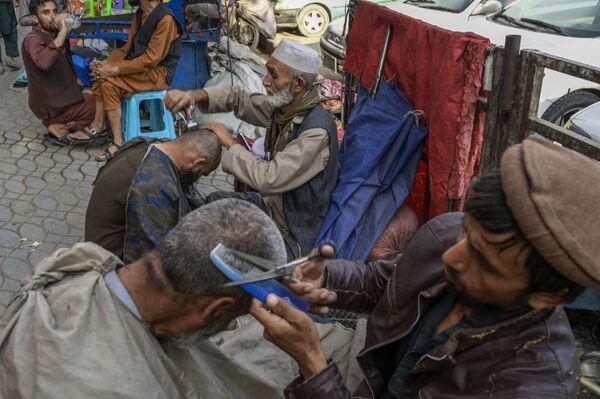 Pouliční holiči s klienty v Kábulu - Sputnik Česká republika