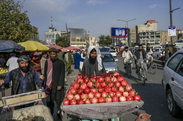 Prodejce granátového jablka na trhu v Kábulu - Sputnik Česká republika