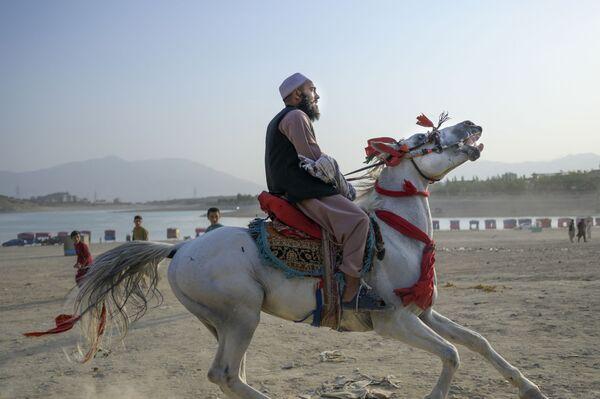 Člen Tálibánu na koni u přehrady Kargha v Kábulu - Sputnik Česká republika