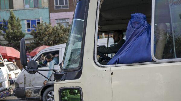 Žena v burce jede v Kábulu autobusem - Sputnik Česká republika
