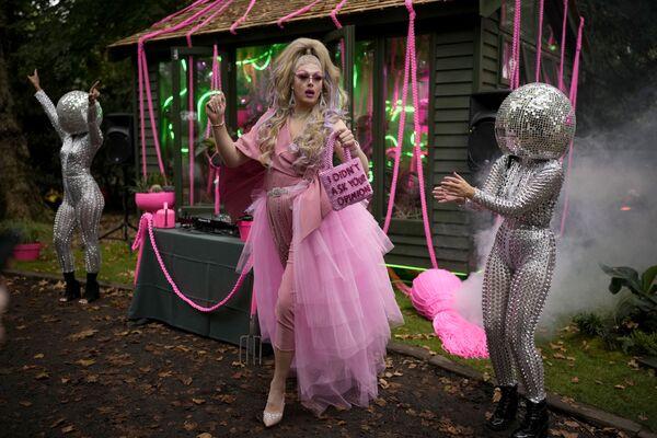 Drag Queen Daisy tančí po boku umělců na Chelsea Flower Show v Londýně - Sputnik Česká republika