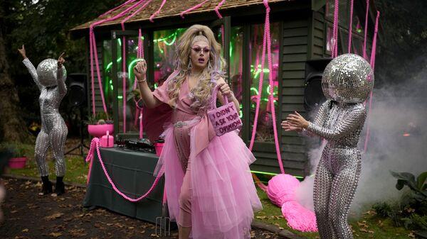 Королева-садовница Дейзи танцует рядом с артистами на Цветочном шоу Челси в Лондоне - Sputnik Česká republika