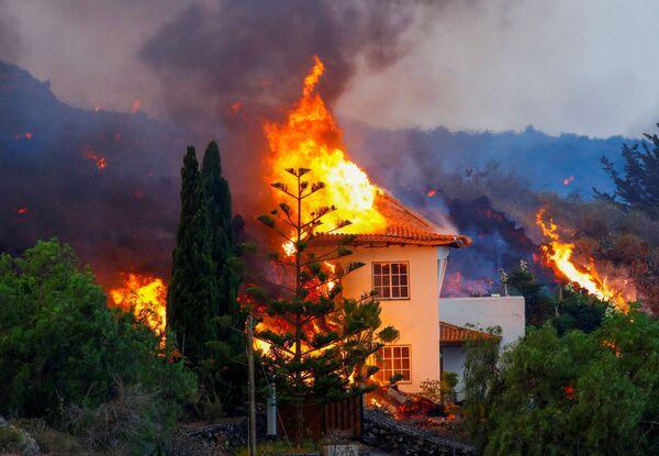 Dům hoří kvůli lávě v důsledku sopečné erupce na Kanárském ostrově La Palma - Sputnik Česká republika