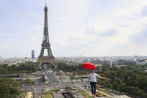 Francouzský provazochodec Nathan Polein se prochází po laně mezi Eiffelovou věží a divadlem De Chaillot - Sputnik Česká republika