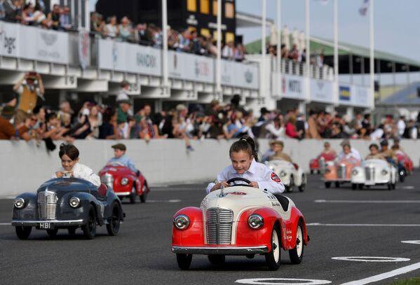 Děti se účastní festivalu historických automobilových závodů v Goodwoodu ve Velké Británii - Sputnik Česká republika