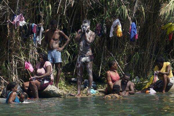 Haitští migranti se koupali a myli na březích Rio Grand, USA - Sputnik Česká republika