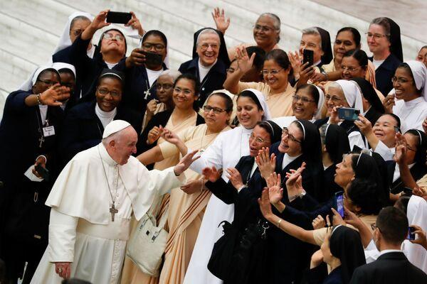 Papež František vítá lidi ve Vatikánu - Sputnik Česká republika
