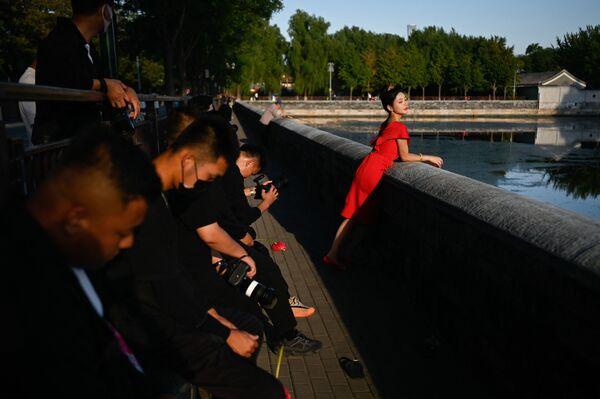 Žena pózuje pro fotografii v Zakázaném městě v Pekingu v Číně - Sputnik Česká republika