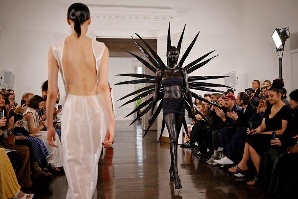 Módní přehlídka Fashion East na Londýnském týdnu módy v Londýně, Velká Británie - Sputnik Česká republika