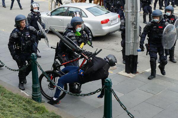 Policie zadržela demonstranty proti omezením kvůli koronaviru v australském Melbourne - Sputnik Česká republika