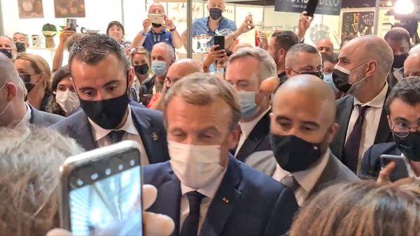 Президент Франции Эммануэль Макрон на выставке в Лионе, где в него кинули яйцом - Sputnik Česká republika
