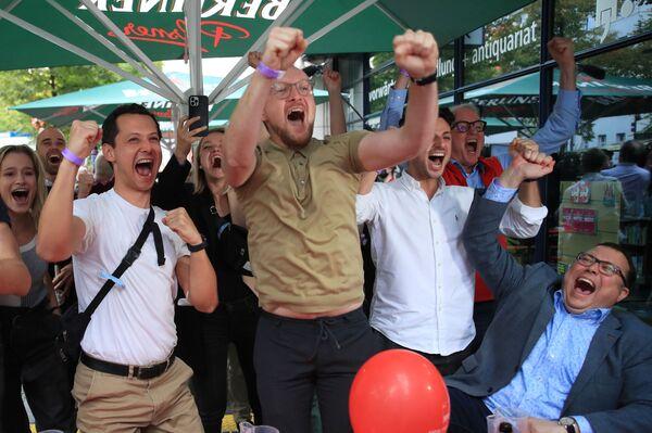 Reakce příznivců SPD na zveřejnění prvních exit pollů z parlamentních voleb. - Sputnik Česká republika