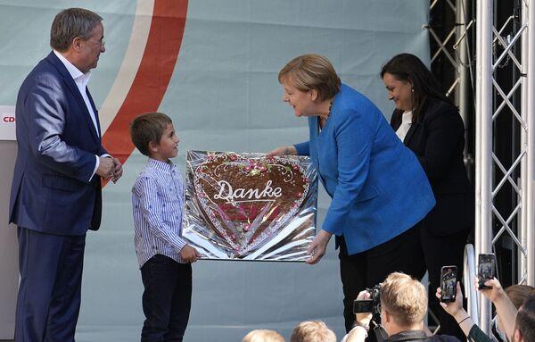 Federální kancléřka Angela Merkelová dostává tradiční perník s nápisem Děkujeme CDU. - Sputnik Česká republika