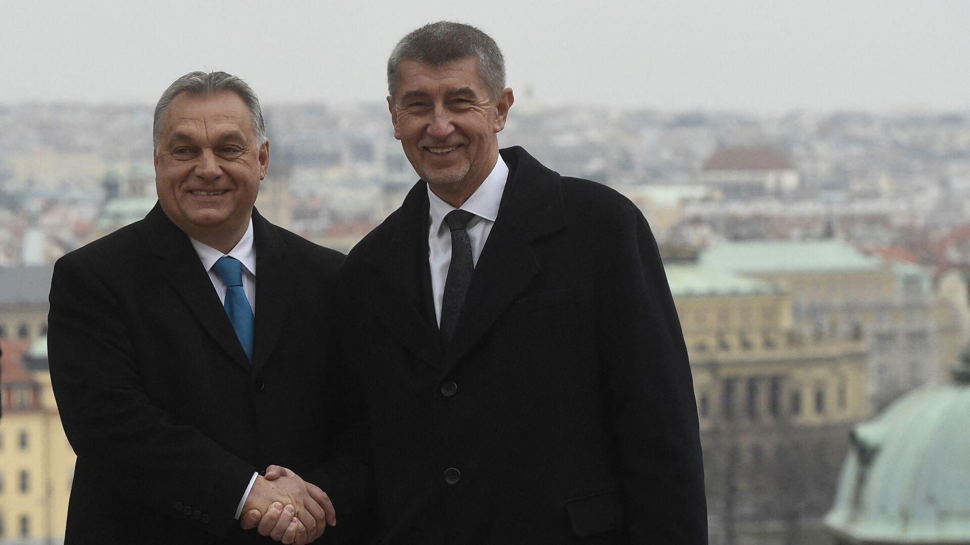 Český premiér Andrej Babiš si před setkáním 30. listopadu 2018 v Praze potřásá rukou se svým maďarským protějškem Viktorem Orbánem - Sputnik Česká republika, 1920, 28.09.2021
