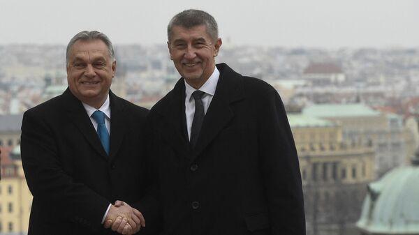 Премьер-министр Чехии Андрей Бабиш пожимает руку Виктору Орбану в Праге - Sputnik Česká republika