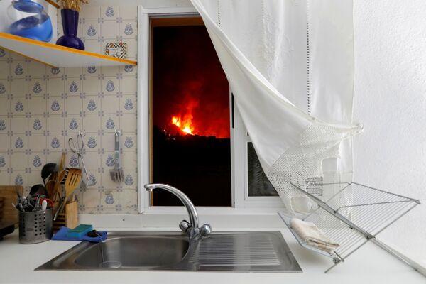 Pohled na sopečnou lávu z okna doma. - Sputnik Česká republika