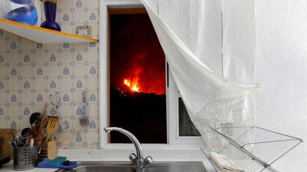 Лава видна через окно кухни из Эль-Пасо после извержения вулкана на канарском острове Ла-Пальма - Sputnik Česká republika